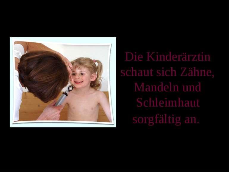 Die Kinderärztin schaut sich Zähne, Mandeln und Schleimhaut sorgfältig an.