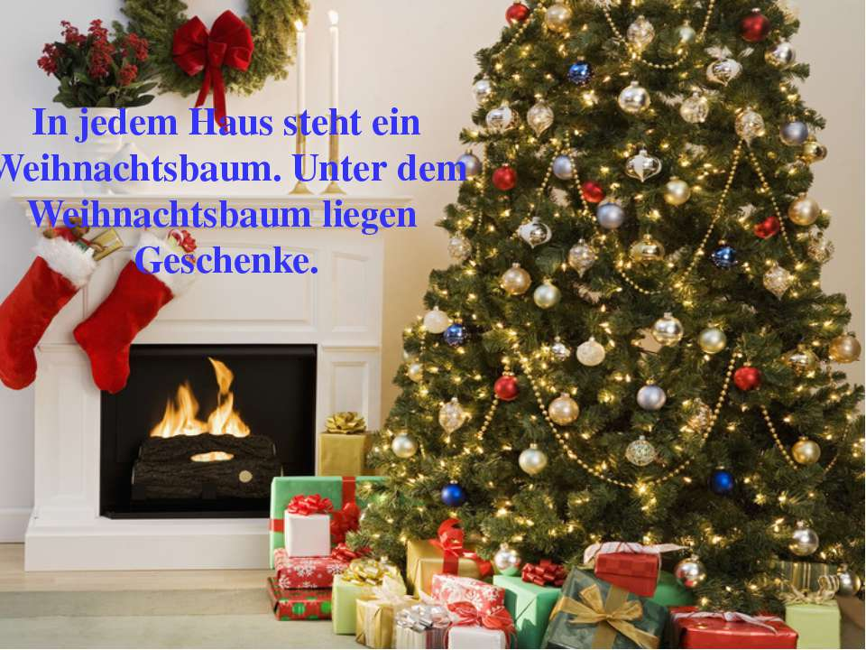 In jedem Haus steht ein Weihnachtsbaum. Unter dem Weihnachtsbaum liegen Gesch...