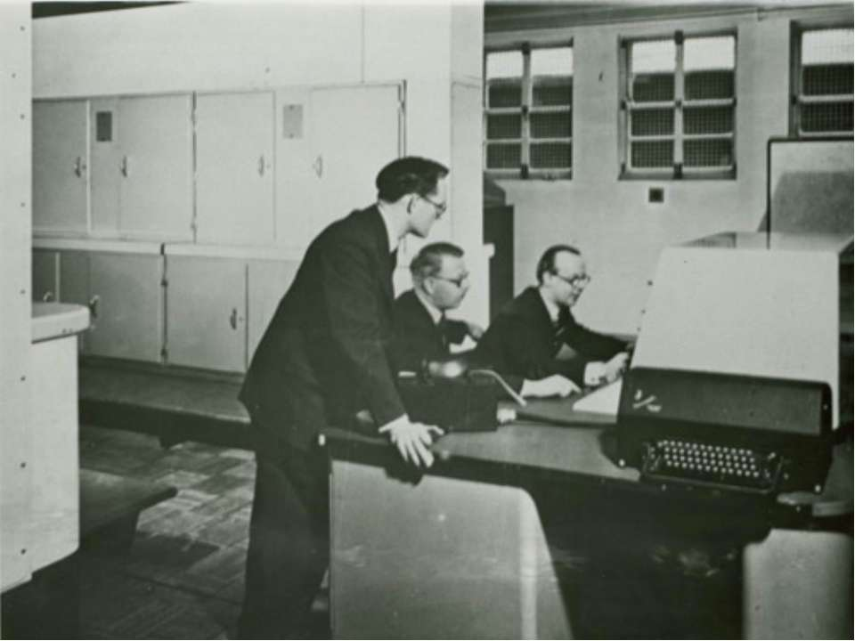 До кінця 50-х років комп'ютерів було досить мало, а в 60-і програмування стає...