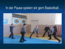 In der Pause spielen wir gern Basketball.
