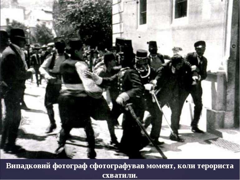 Випадковий фотограф сфотографував момент, коли терориста схватили.