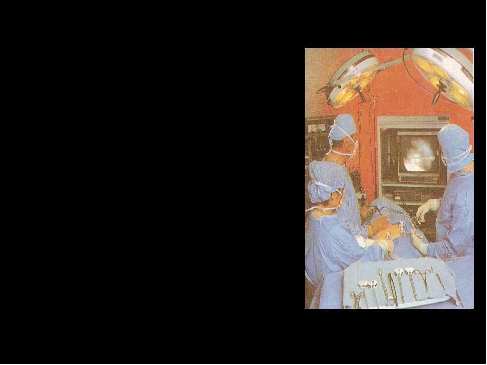 Одні розпитують пацієнта про здоров'я чи чергують біля його ліжка , інші зшив...