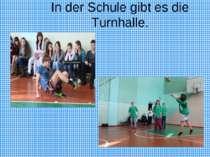 In der Schule gibt es die Turnhalle.