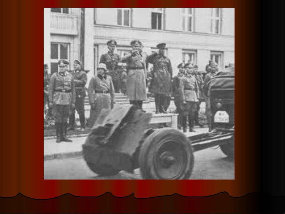 Радянські офіцери допитують полоненого німца