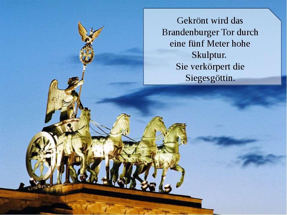 Gekrönt wird das Brandenburger Tor durch eine fünf Meter hohe Skulptur. Sie v...
