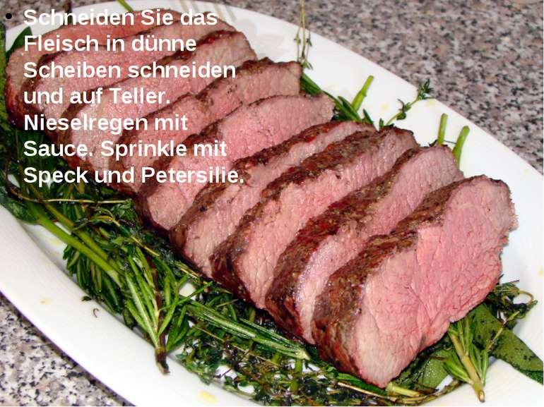 Schneiden Sie das Fleisch in dünne Scheiben schneiden und auf Teller. Nieselr...