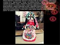 Лялька одягнена у платтячко червоного кольору,тому що червоний колір -символ ...