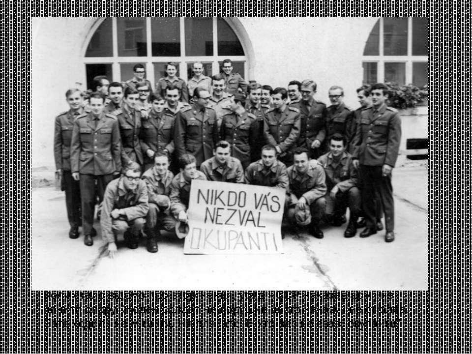 Коли стало відомо про вторгнення, уряд ЧССР наказав армії не чинити опору. Жо...