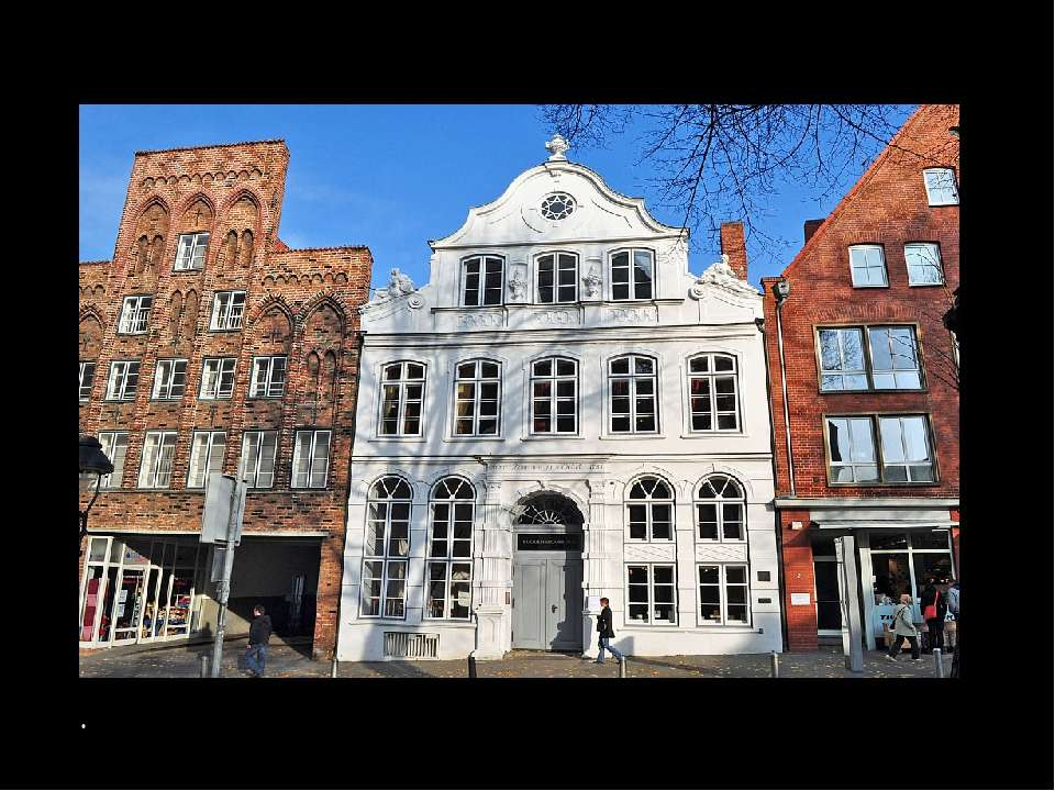 Дія в романі «Будденброки» відбувається в будинку, де колись жила бабуся Тома...